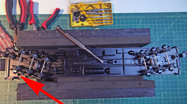 1 Remove screws