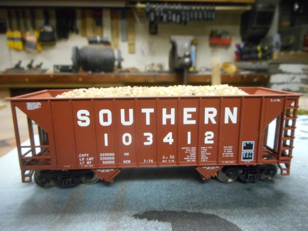 Walthers 2 Bay 10 panel Hopper with Gravel 002