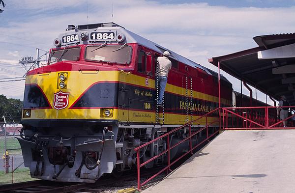 Train1_Panama_Train_to_Other_Side