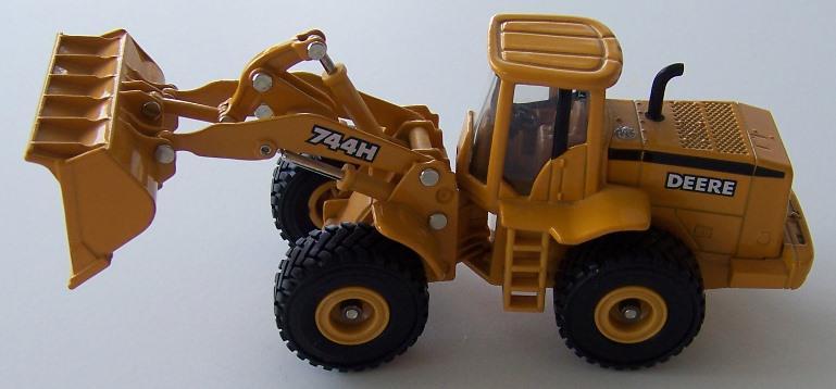 Ertl 15528 John Deere 744H 1:50 scale diecast wheel loader model | O