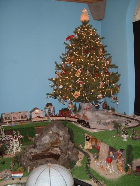 LET'S SEE YOUR TRAINS UNDER YOUR CHRISTMAS TREES O Gauge  - Christmas Trains For Under The Tree