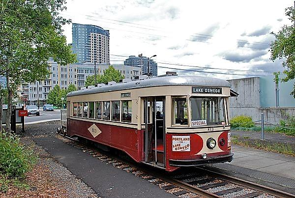 Portland_813_at_Willamette_Shore_Trolley's_Bancroft_St_terminus,_May_2010