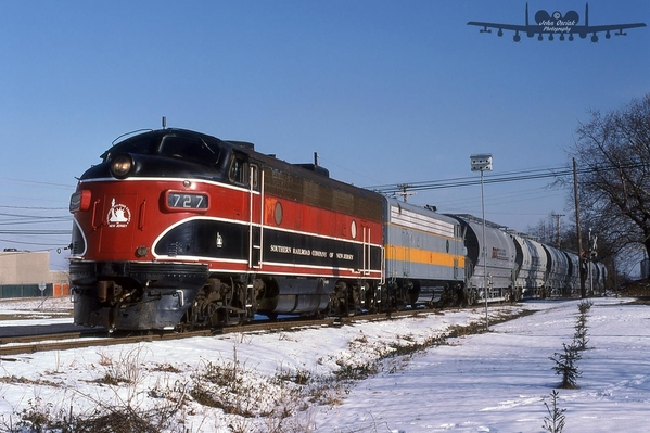 SRNJ F-7's 727-728 pulling the inbound interchange at Swedesboro across High Hill Rd January 1997
