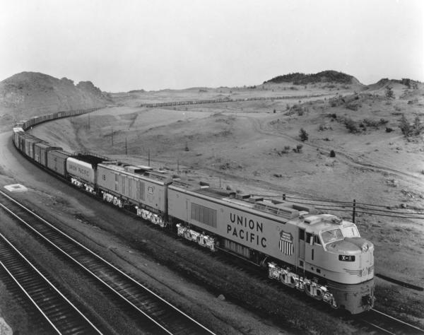 UP_8500GTE_1-with-train_Dale-Jct_UPRR-Photo-X3
