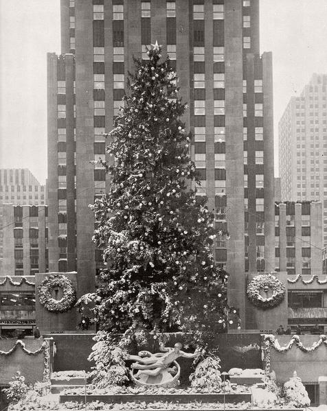 vintage-images-of-rockefeller-center-christmas-tree-new-york-in-1940
