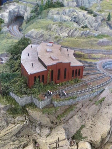 Z-scale layout roundhouse