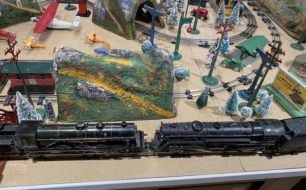Marescot Etat Pacific and Lionel 700E scale Hudson 4