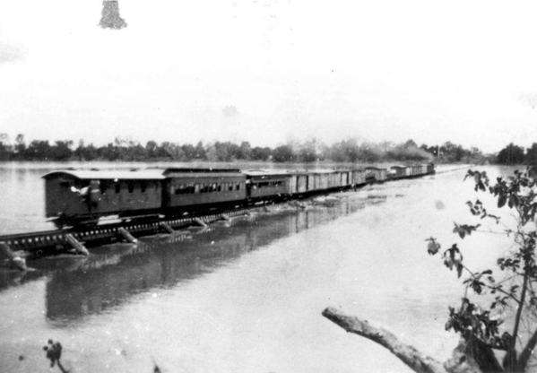 Steam-train-crossing-Burdekin-in-flood