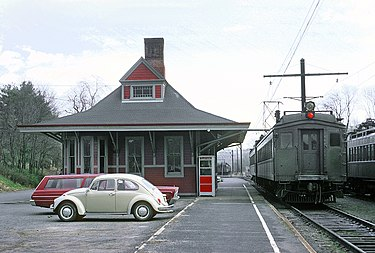 375px-EL_Gladstone,_N.J._Station_on_April_25,_1970