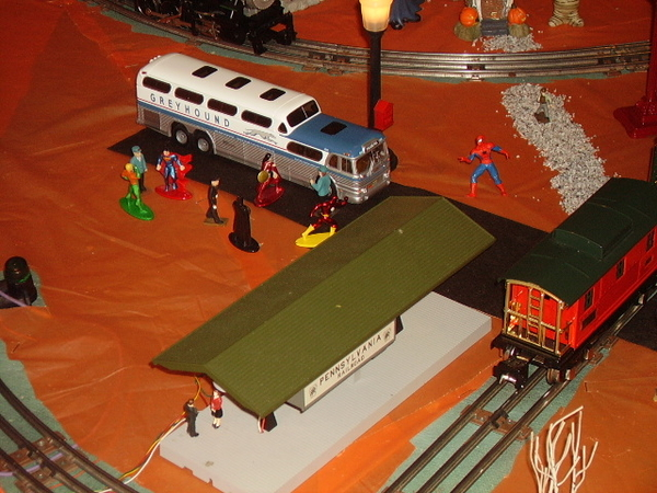 z - Halloween - MTH station and bus